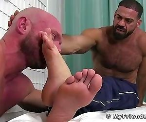 Hairy hunk Ricky feeds toes..